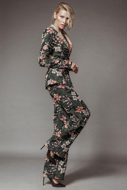 Costum din brocart, cu pantaloni largi si imprimeu floral