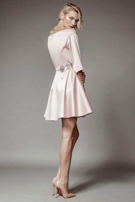 Rochie din tafta roz cu aplicatii din dantela, maneca clopot si umeri goi